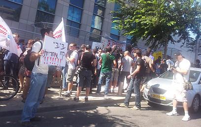 מפגינים נגד סגירת הערוץ (צילום: ערן בר-און ) (צילום: ערן בר-און )