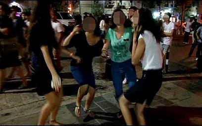 לא רוצים ערבים. בני נוער בכיכר החתולות (צילום: אלי מנדלבאום) (צילום: אלי מנדלבאום)