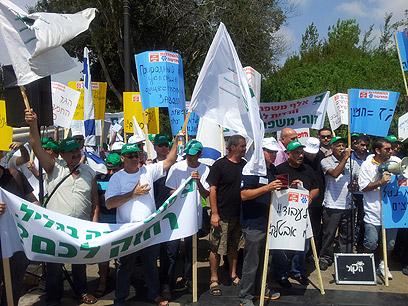הפגנה סוערת של עובדי פניציה מול משכן הכנסת, היום (צילום: נועם (דבול) דביר) (צילום: נועם (דבול) דביר)