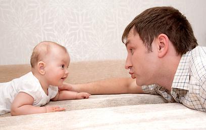 למה אבות מדברים עם הילדים פחות מאמהות (צילום: shutterstock) (צילום: shutterstock)