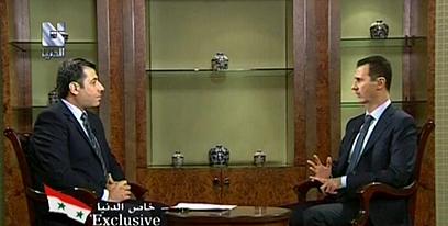 אסד בראיון לטלוויזיה הסורית. העריכה נעשית בארמון (צילום: AP)