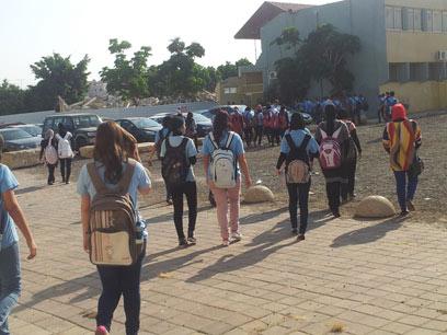 הולכים הביתה. תלמידות ותלמידי התיכון הולכים הביתה (צילום: חסן שעלאן ) (צילום: חסן שעלאן )
