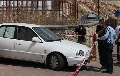 הרכב שבו נשכח הילד. הנהג נראה מבוהל (צילום: גיל יוחנן ) (צילום: גיל יוחנן )