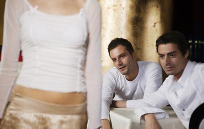 התרגלנו להאשים רק את הגברים בהחפצת נשים (צילום: shutterstock) (צילום: shutterstock)