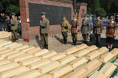 חיילי צבא פולין חולקים כבוד לגיבורים ששרידיהם בארונות (צילום: AP) (צילום: AP)