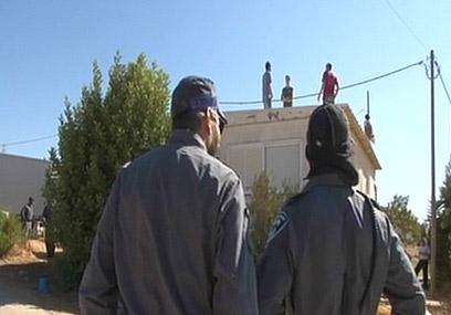השוטרים מביטים במתבצרים (צילום: אבי פרץ) (צילום: אבי פרץ)