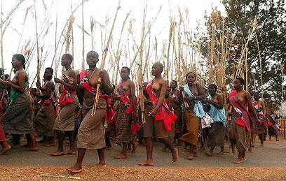 """""""אולי אהיה מלכה ואסע מסביב לעולם"""". נשים רוקדות וחולמות (צילום: AFP)"""