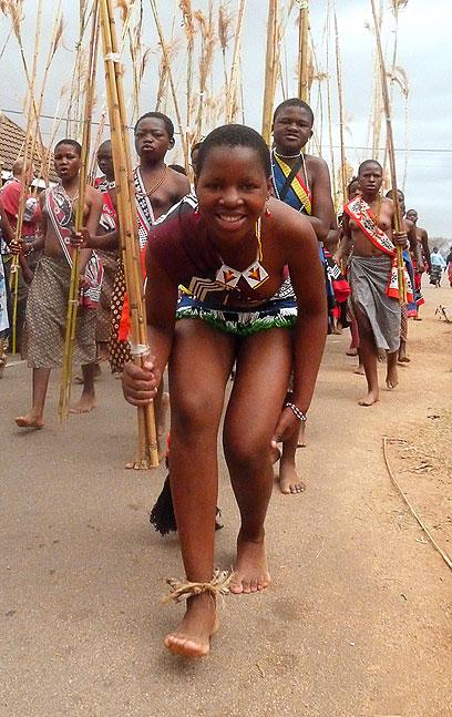 המדינה מתבוססת בעוני, המלך שולח נשים למסעות קניות (צילום: AFP)