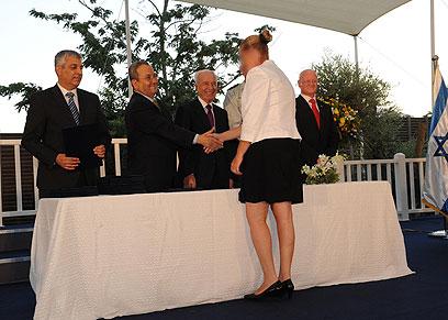 האשה הסודית מקבלת את הפרס מידי פרס וברק (צילום: אלון בסון, משרד הביטחון) (צילום: אלון בסון, משרד הביטחון)