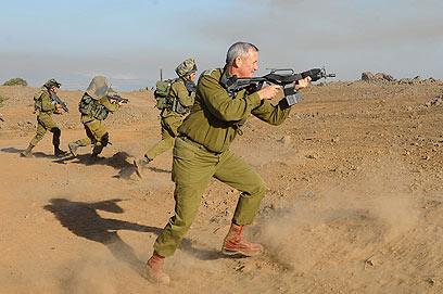 """ירי באש חיה. גנץ בתרגיל (צילום: דובר צה""""ל) (צילום: דובר צה"""