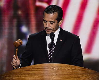 """יו""""ר הוועידה, ראש העיר לוס אנג'לס, מכה בפטיש  (צילום: EPA) (צילום: EPA)"""