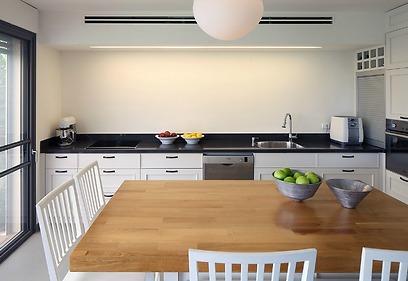 פינת האכילה מנקודת המבט של הסלון (צילום: עוזי פורת) (צילום: עוזי פורת)