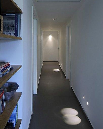לדים לאורך מעבר חדרי השינה. תאורה נקודתית הפותרת את בעיית הגישוש בחשכה (צילום: עוזי פורת) (צילום: עוזי פורת)