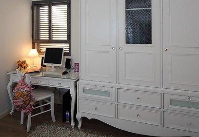 חדר השינה של הבת: ארון בגדים גדול דיו, המתאים לאחסון משחקים בנוסף לבגדים (צילום: עוזי פורת) (צילום: עוזי פורת)