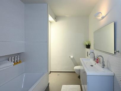 חדר אמבטיה מרווח לילדים, משמש גם כשירותי אורחים (צילום: עוזי פורת) (צילום: עוזי פורת)