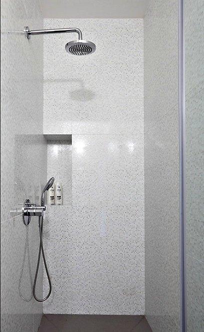 לאחר שהוחלפו שירותי האורחים ביחידת השינה של ההורים, הם זכו למקלחת פרטית (צילום: עוזי פורת) (צילום: עוזי פורת)