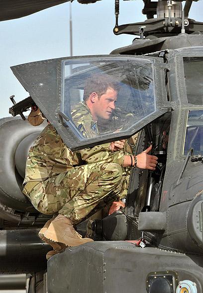 הנסיך הארי בעת שירותו הצבאי באפגניסטן (צילום: MCT) (צילום: MCT)