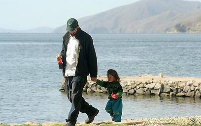 גם חיי הנישואין ושני ילדים לא הצליחו לביית אותו. עם בנו  (צילום: מאיר אלפסי) (צילום: מאיר אלפסי)