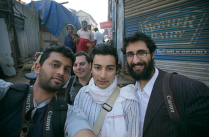 יהודי-חרדי ומוסלמי במשכנות העוני של בומביי. עם חבריו (צילום: מאיר אלפסי) (צילום: מאיר אלפסי)
