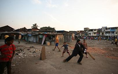 אלפסי במשכנות העוני של מומבאי (צילום: מאיר אלפסי) (צילום: מאיר אלפסי)