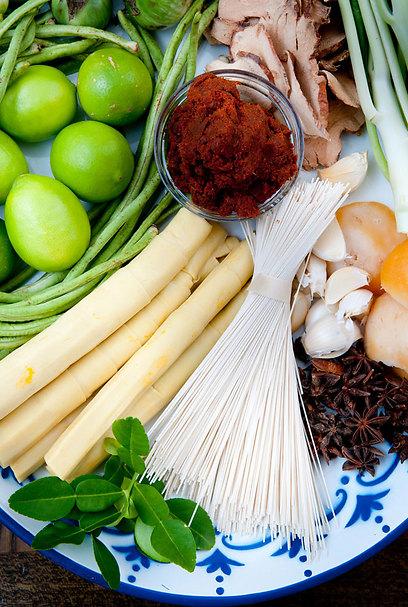 כולם ישמשו לבישול המנות. מרכיבים מהמטבח התאילנדי (מימין ובכיוון השעון: מדליוני סוכר דקלים, שום, כוכבי אניס, אטריות חיטה, כפיר ליים, במבוק, לוביה, ליים, קארי אדום וגלנגל (צילום: ירון ברנר) (צילום: ירון ברנר)