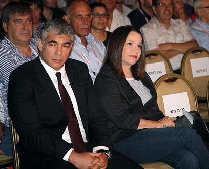 """שלי יחימוביץ' עם יאיר לפיד. """"לזכור למה הולכים לבחירות"""" (צילום: מוטי קמחי) (צילום: מוטי קמחי)"""
