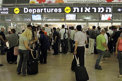 """טסים ומקטרים. ישראלים בנתב""""ג (צילום: גיל יוחנן) (צילום: גיל יוחנן)"""