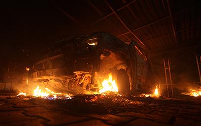 האש בוערת באזור הקונסוליה האמריקנית בבנגזי (צילום: רויטרס) (צילום: רויטרס)