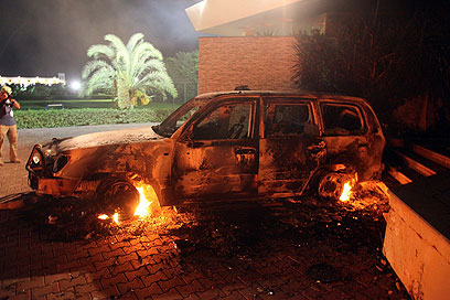 """מכוניתו השרופה של שגריר ארה""""ב בלוב (צילום: רויטרס) (צילום: רויטרס)"""