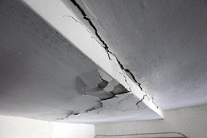 סדקים בקירות הבית (צילום: גיל יוחנן) (צילום: גיל יוחנן)