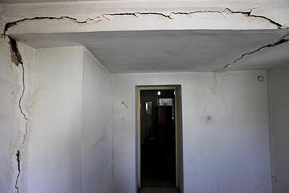 סדקים בבניין המגורים (צילום: גיל יוחנן) (צילום: גיל יוחנן)