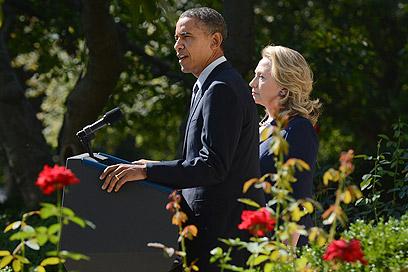 אובמה וקלינטון בהודעה בבית הלבן (צילום: EPA) (צילום: EPA)