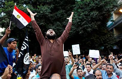מחאה מול השגרירות האמריקנית בקהיר (צילום: AP)