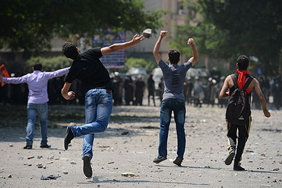 """הפגנה מול שגרירות ארה""""ב בקהיר, היום (צילום: AFP) (צילום: AFP)"""