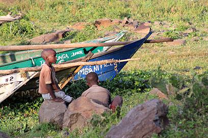 ילדים ממתינים ליד סירות הדייגים בחוף דונגה (צילום: ניר (שוקו) כהן, אלי סטרול) (צילום: ניר (שוקו) כהן, אלי סטרול)