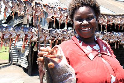 שנהיה לראש. אליזבת, בעלת עסק לעישון שלדי דגים (צילום: ניר (שוקו) כהן, אלי סטרול) (צילום: ניר (שוקו) כהן, אלי סטרול)