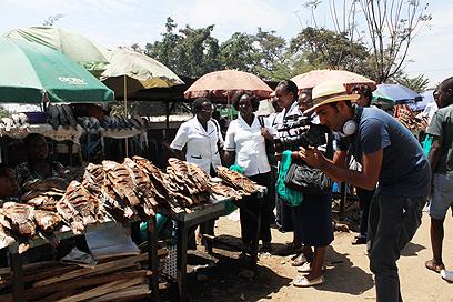 ליד דוכן דגים בשוק קיסומו (צילום: ניר (שוקו) כהן, אלי סטרול) (צילום: ניר (שוקו) כהן, אלי סטרול)