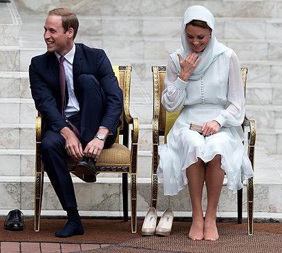 וכאן הדוכסית עם בגדים ביחד עם בעלה בביקור במלזיה (צילום: AP) (צילום: AP)