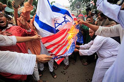 """שורפים דגלי ישראל וארה""""ב בבנגלדש (צילם: רויטרס) (צילם: רויטרס)"""