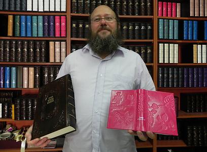 95% מהספרים נמכרים כמתנות. רובר וספריו הצבעוניים (צילום: זיו ריינשטיין) (צילום: זיו ריינשטיין)
