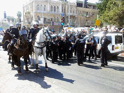 שוטרים ופרשים מנעו מהמפגינים להגיע לקונסוליה האמריקנית במזרח ירושלים (צילום: נועם (דבול) דביר) (צילום: נועם (דבול) דביר)