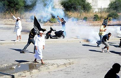 הפגנה מחוץ לשגרירות האמריקנית בתוניסיה, היום (צילום: AP) (צילום: AP)