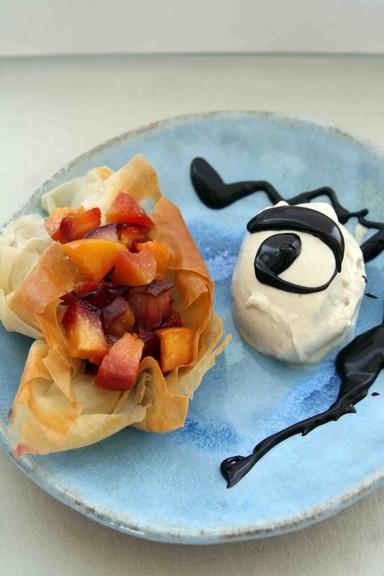 סירות עלי פילו במילוי פירות מקורמלים עם גלידת חלבה-בננה ורוטב שוקולד (צילום: אורי שביט)