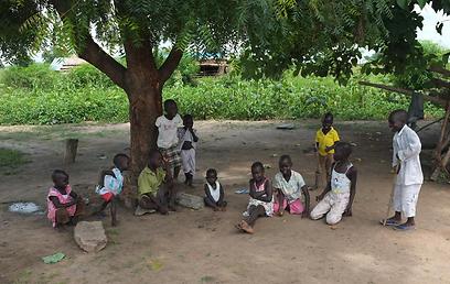 ילדי מגורשים בתמונה משותפת בדרום סודן  (צילום: יותם גדרון) (צילום: יותם גדרון)