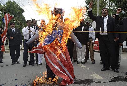 שורפים דגלי ארצות-הברית בפקיסטן (צילום: AFP) (צילום: AFP)