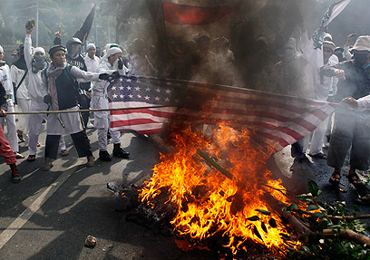 """שורפים דגלי ארה""""ב באינדונזיה בעקבות הסרט (צילום: AP)"""