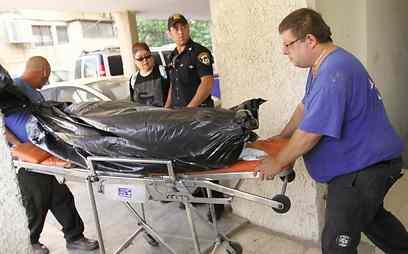 מפנים את גופת האשה (צילום: עידו ארז) (צילום: עידו ארז)