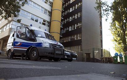 אבטחה גדולה מחוץ למשרדי העיתון בפריז (צילום: AFP )