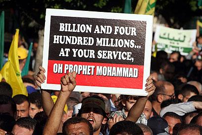 """הפגנה של תומכי חיזבאללה בלבנון, אתמול. """"מיליארד ו-400 אלף לשירותך, הנביא מוחמד"""" (צילום: EPA)"""