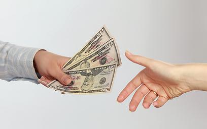 גם זה נמצא שם: כסף שחור שמחליף ידיים מתחת לשולחן (צילום: shutterstock) (צילום: shutterstock)